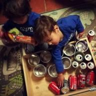 Empilhar latas, descobrir o menor e maior, rolar e atirar bolas