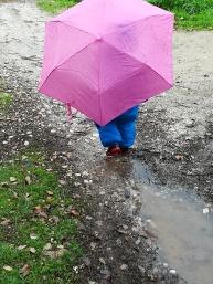 Passear à chuva.