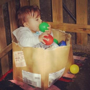 Caixas de papel e bolas